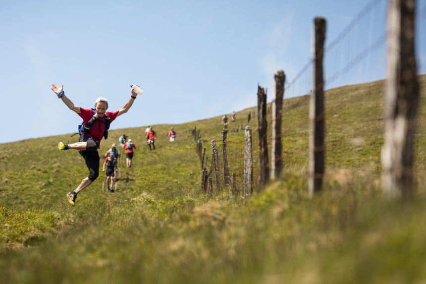 6 At least one runner still found time to enjoy himself on day three of the Berghaus Dragon's Back Race - photo guillemcasanova.com